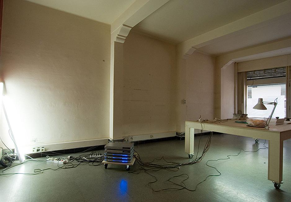 'La Table etc', detail klankinstallatie, Bart Vandevijvere & Laurent Rigaut / Happy New Ears Festival, Kortrijk, 2007